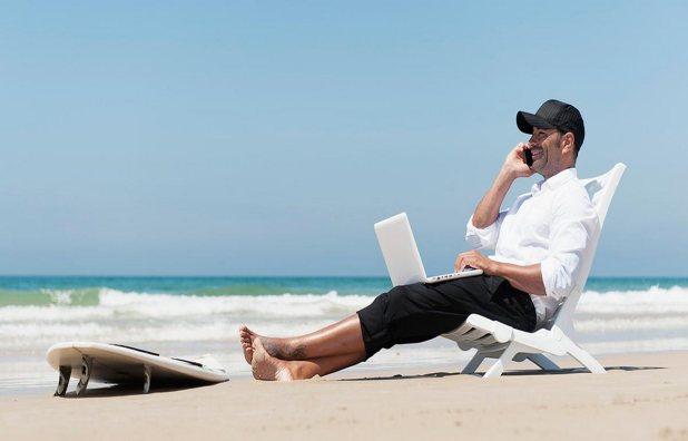 homem-na-praia-de-terno