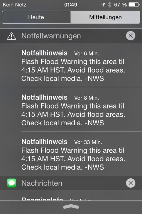 """Das ist ein Screenshot der Notfallwarnung die wir an Weihnachtsmorgen 2014 per Push Alarm auf unsere Handys bekommen haben. Interessanterweise erhält man in USA diese Notfallhinweise vom Katastrophenschutz aufs Telefon - auch ohne bei irgendeinem entsprechenden Dienst, wie z. B. einer Warn-App NINA oder KATWARN angemeldet zu sein. Die Meldung erscheint beim iPhone auf der """"Startseite"""" und soweit ich mich erinnere, gab es auch einen speziellen, schrillenn Alarm / Klingelton, den ich nicht bewusst irgendwo eingestellt habe. ––– Notfallhinweis: Flash Flood Warning this area til 4:15 AM HST. Avoid flood Areas. Check local media. - NWS. ––– Emergency Alert on Phone What it looks/sounds like. Das war aber auch ein amtlicher Wolkenbruch! Ja - Molokai hat hat sich uns von seiner allerbesten Seite präsentiert :-) Den Reisebericht unseres Hawaii Trips findet ihr hier."""