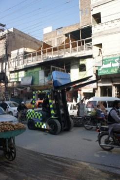 Abschleppdienst mal anders: In Peshawar werden Falschparker nicht abgeschleppt, sondern von der Traffic Wardens mit dem Gabelstapler weggeschafft