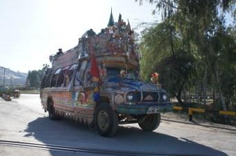 """""""Richtige"""" Busse gibt es in Pakistan relativ selten. Jeder Bus ist ein Schmuckstück, verziert und behangen von oben bis unten. Der Fahrgastraum ist eng und bietet nur ca. 40 Personen Platz. Doch genauso viele passen auf und an den Bus"""