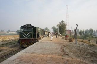 """Train 20 """"Kushhal Khan Khattak Express"""" von Peshawar nach Karachi beim Zwischenstopp in Jampur, Provinz Punjab"""