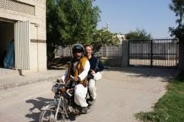 Sehr vielseitig einsetzbar und daher bei den meisten Pakistanern in Gebrauch: das Motorrad (unterwegs mit meinem Superstadtführer in Multan)