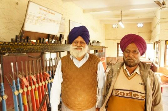 Mit 1,3 Millionen Angestellten ist die indische Eisenbahn einer der größten Arbeitgeber der Welt. Hier sind zwei dieser Angestellten. Sie zeigen ordentlichen Körpereinsatz an den Hebeln des Stellwerks in Amritsar