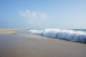 Auf dem Weg zum östlichsten Zipfel von Pamban Island: einsamer Sandstrand und ein wildes Meer, von dem man vermutet, dass es einen gleich verschlingt, wenn man ihm zu nahe kommt
