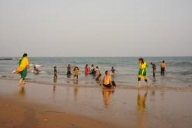 Bikinis sind in Indien tabu. Auch angezogen haben die Inder Spaß beim Baden (bei Visakhapatnam in Andra Pradesh)