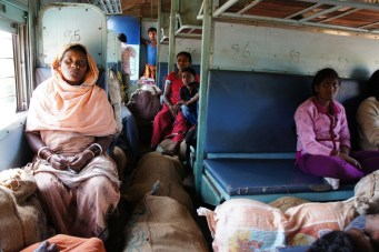 Bei der Fahrt durch die Stammesgebiete in der Provinz Odisha steigen in diesen Zug mit buntem Schmuck behangene Frauen ein. Zudem wird in jedem Bahnhof in einem wilden Gewusel massenweise Obst und Gemüse in den Zug gestopft, das zum Famersmarket gebracht wird