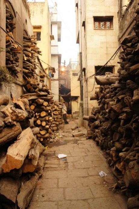 Am Ganges und hinter der ersten Häuserreihe wird das Holz (unterschiedlicher Qualität) für die Kremation gelagert. Für die Feuerbestattung darf nur so viel Holz verwendet werden, dass die Leiche gerade vollständig verbrennt