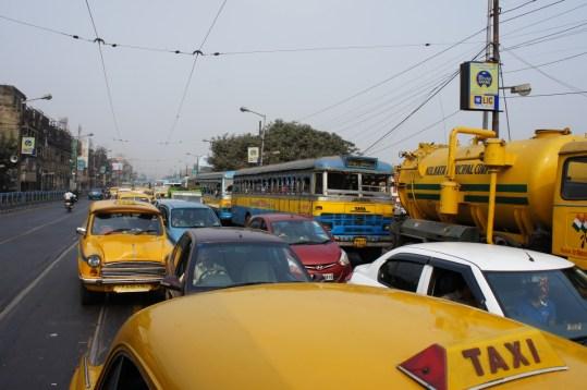 Durch dieses Verkehrschaos muss sich die Straßenbahn wühlen. Zu Fuß ist man oft schneller