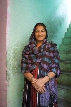Ganz normales Leben und freundliche Inder hinter den Mauern des Taj Mahals in der Altstadt Agras