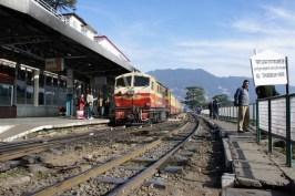 """Bei der Schmalspurbahn zwischen Kalka und Shimla fahren nicht nur die kleinen Knatterkisten, mit denen wir gefahren sind, sondern auch """"richtige"""" Züge (Bahnhof Shimla)"""