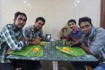 In Südindien wird das Essen häufig auf Bananenpalmenblättern serviert, wie hier den netten Indern am Nachbartisch in Rameswaram in der Provinz Tamil Nadu