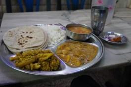Ein typischer Thali - All-You-Can-Eat für 95 Cent (Mughal Sarai bei Varanasi)