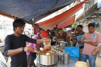 Flüssige Speisen, aber auch Tee, zum Mitnehmen/späteren Verzehr werden in Plastikbeutel (und nicht in Becher) gefüllt