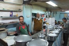 Viele Köche öffnen gerne ihre Kochtöpfe und ermöglichen so das Erkunden der indische Küche. Und was nicht in den Töpfen ist, wird in wenigen Minuten in der Hinterstübchenküche zubereitet (hier eine offene Küche in Shimla)