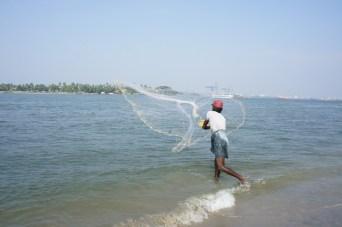 Fischfang durch Auswerfen eines Netzes. Im Netz hat sich jedoch immer nur Müll verfangen, kein Fisch