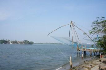 Für den Fischfang werden in Indien noch häufig sogenannte Chinesische Netze eingesetzt. Dieses Konstrukt wird ins Wasser herabgelassen und - nachdem sich die Fische darin gesammelt haben - mit mehreren Männern wieder hochgezogen