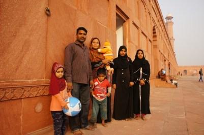 ... eine pakistanische Familie in der Badshahi-Moschee in Lahore