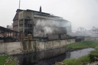 Beim Vorbeifahren an dieser Stahlfabrik kurz die Luft anhalten - und ja nicht ins Wasser fallen
