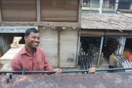 ... die vielen Bangladeschis, die scheinbar immer gut drauf sind, auch wenn sie, wie dieser Mann, bei voller Fahrt an der Lokomotive hängen...
