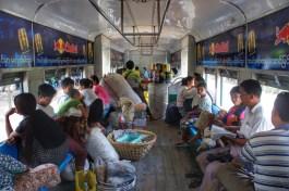 Aber auch die 2-beinigen Mitreisenden haben allerhand Gepäck dabei: Säcke voll mit Gemüse, Farbdosen... (Circular Railway in Yangon)