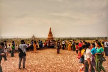 """So romantisch war es auf """"meinem"""" Tempel doch nicht, denn den Sonnentergang bestaunten auch viele andere Touristen"""