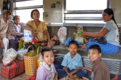 Nette Bekanntschaft mit einer Familie im Zug von Bagan nach Mandalay