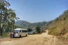 """Die """"Straße"""" zwischen der Hafenstadt Dawei und der thailändischen Grenze in Hti Khee wurde erst 2014 hergerichtet. Da es ziemlich bergauf geht muss hier der Motor mit Wasser manuell gekühlt werden"""