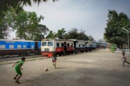 Einer der kuriosesten Züge, mit denen ich je gefahren bin: Die Kraftübertragung des Motorwagens (erster Wagen) erfolgt per Gummireifen, die beiden angehängten Wagen sind eigentlich nichts anderes als Metallbüchsen (unterwegs zwischen Kalay und Natchaung)