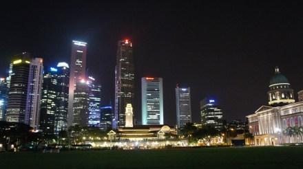 Blick vom Padang-Platz auf die City Hall (rechts), die Victoria Theatre & Concert Hall (geradezu) und das Financial District (im Hintergrund)