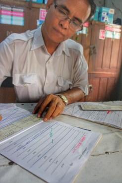 Tickets werden in der Regel handschriftlich ausgefüllt und ausgestellt (Bahnhof Yangon)