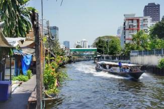 Bangkok wird von zahlreichen Flüssen oder Kanälen durchzogen, denen auch heute noch eine bedeutende Rolle für die Personenbeförderung zukommt. Mit rasantem Tempo jagen die Boote durch die engen Kanäle