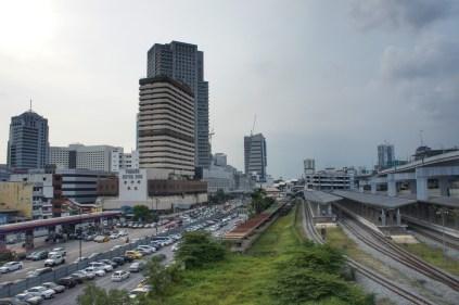 Einer nordamerikanischen Stadt zum Verwechseln ähnlich: das Zentrum von Johor Bahru. Die Grenze zu Singapur ist nur wenige hundert Meter entfernt (in meinem Rücken)