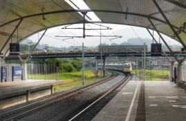 Die Eisenbahn im Nord-Südkorridor im westlichen Malaysia wurde in den letzten Jahren massiv ausgebaut (Neutrassierung, Elektrifizierung, zweites Gleis). Die Meterspur wurde jedoch beibehalten. Mit bis zu 160 km/h gehören die Züge in Malysia zu den weltweit schnellsten dieser (schmalen) Spurweite