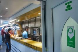 Die im Fernverkehr eingesetzten und in China gebauten Züge sind hell und geräumig. Neben dem Bordbistro befindet sich der Gebetsraum für Muslime