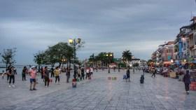 Volkssport der Kambodschaner ist Aerobic. Jeden Abend versammeln sich auf den öffentlichen Plätzen in den Städten Kambodschas Frauen und Männer, schwingen ihre Arme, Hüften und Beine nach den Bewegungen des Lehrers. Meist sieht die Performance sogar richtig professionell aus