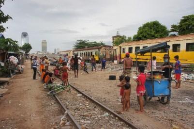 Für die kleinen Wettkämpfe muss die Abstellanlage des Bahnhofs von Phnom Penh herhalten. Das mobile Catering sorgt auch für das leibliche Wohl der Zuschauer
