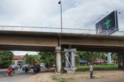 Was nicht passt wird passend gemacht. Ob die Ingenieure des Flughafen BER auch in Phnom Penh gewerkelt haben?
