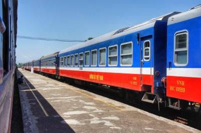 """Mit der Vereinigung von Nord- und Südvietnam 1976 wurde auch der Zugverkehr zwischen den beiden Landesteilen wieder aufgenommen. Die Züge zwischen Saigon und Hanoi tragen daher auch den Namen """"Reunification Express"""""""