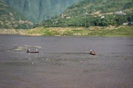 Auf dem Yangzi-Fluss treibt allerlei Unrat. Einige Einheimische haben sich den Plastikflaschen angenommen. Reiche Beute ist ihnen sicher