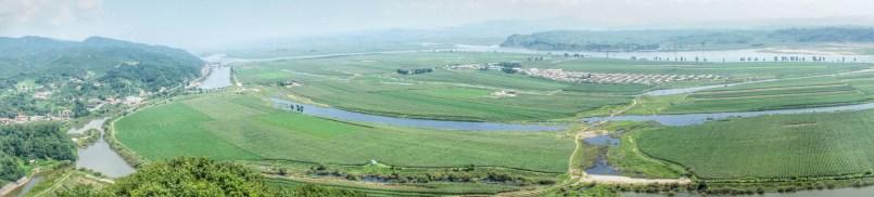 Zu Füßen des Tiger Hills liegt der Yalu-Fluss und eine Insel Nordkoreas. Wie mir eine Chinesin sagte, gibt es eine Vereinbarung, dass sowohl China als auch Nordkorea den Yalu-Fluss nutzen dürfen. Um den neugierigen Touristen einen Blick nach Nordkorea zu ermöglichen, fahren chinesische Boote zwischen nordkoreanisches Festland und Insel - und sind damit inmitten von Nordkorea