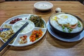 Davon wird man garantiert satt: Eine Schüssel Reis mit Ei, Algen, marinierte Bohnen und verschiedene Tofusorten
