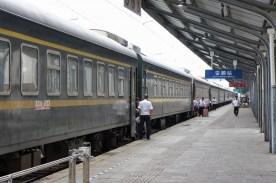 In der Regel werden Reisende direkt beim Einsteigen nach ihrem Ticket gefragt (hier Anshun, Guizhou-Provinz)