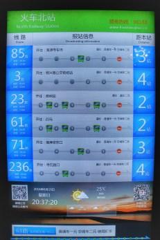 Während wir es gewöhnt sind, die nächste Bus- oder Zugabfahrt in Minuten angezeigt zu bekommen, zeigt diese Tafel in Kunming (Yunnan-Provinz) an, wo sich der nächste Bus gerade befindet. Bspw. ist ein Bus der Linie 85 nur 2 oder 3 Haltestellen von meinem Stopp entfernt