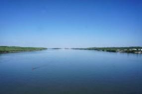 """Die """"Brücke der Freundschaft"""" verbindet das rumänische Giurgiu (links) und das bulgarische Ruse (rechts). Die Grenze verläuft in der Mitte der Donau."""