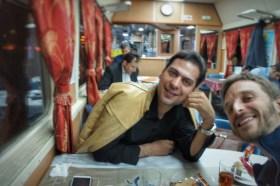 Lustige Begegnung im Speisewagen des Nachtzug Tabriz-Tehran: Dieser Mann ist Sänger/Musiker, Dozent an der Uni und Importeur von Getreide aus Tansania!