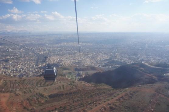 Die Telecabin made in Austria bringt uns hoch auf den Berg und zeigt uns Tabriz von einer ganz anderen Seite.
