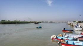 Blick vom Schiffsanleger im iranischen Khorramshar über den Shatt al Arab (der Euphrat und Tigris mit sich führt) Richtung Irak. Die nächste Stadt, Basra, ist etwa 40 Kilometer entfernt.