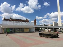 """Eingang in das Museum """"Schlacht um Stalingrad"""" (Сталинградская битва). Hauptattraktion ist ein 3D-Panoramabild, in dem die Schlacht abgebildet wird."""