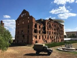 """Die """"Schlacht von Stalingrad"""" 1942/43 brachte die psychologische Wende im Deutsch-Sowjetischen Krieg. Rund 700.000 Menschen haben dabei ihr Leben gelassen. Stalingrad, das 1961 in Wolgograd umbenannt wurde, wartet mit zahlreichen Museen und Denkmälern auf, die an diese Schlacht erinnern."""