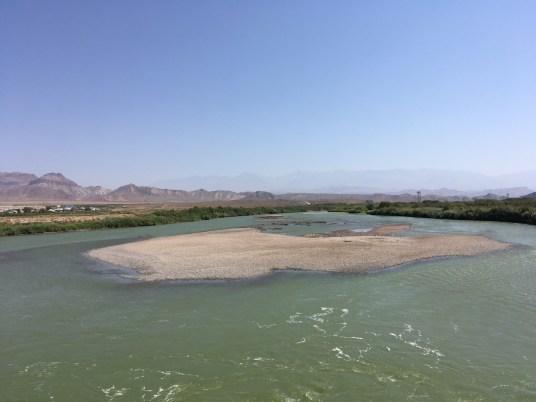 Blick auf den Aras von der Grenzbrücke, die den Iran (rechts) und Nakhchivan (bzw. Aserbaidschan, links) miteinander verbindet.